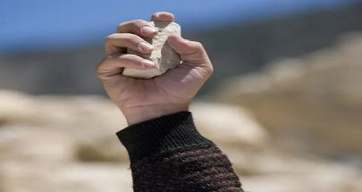 عاد من أوروبا ليرجم زوجته بالحجارة حتى الموت... ويقتل طفله! image