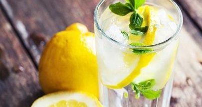 """5 حالات """"خطيرة"""" يمكن أن يسببها شرب الكثير من ماء الليمون image"""
