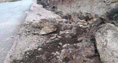 إنهيارات كبيرة للأتربة والصخور على طريق عام مجدلا حلبا image
