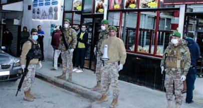 دورية للجيش اللبناني في شارع بلس أمام الجامعة الأمريكية تطلب من الناس البقاء في البيت image