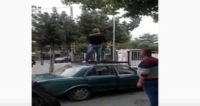 بالفيديو: إعتلى سطح سيارته... صب على نفسه غالون بنزين وهدد بإحراق نفسه image