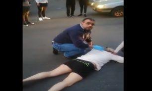 بالفيديو: أُغمي عليها في وسط الطريق... زوجها ضربها ونزع طفلها منها! image