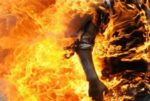 إعتلى سطح سيارته في صيدا... صب على نفسه غالون بنزين وهدد بإحراق نفسه image