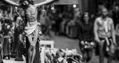 المسيحيون يحملون صلبانهم في بيوتهم... فصح خارج الكنائس image