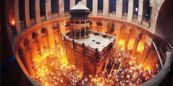فيض النور المقدس من قبر السيد المسيح في كنيسة القيامة- القدس image
