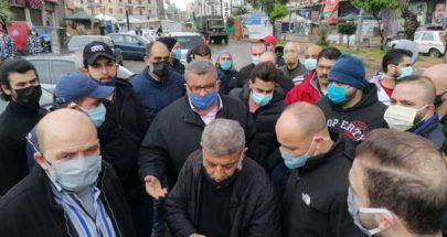 أصحاب صالونات الحلاقة في طرابلس اعتصموا مطالبين بالسماح لهم بالعمل image