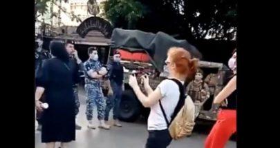 """بعد الاعتداء عليهم في عين التينة.. محتجون يعتصمون أمام """"الداخلية"""" (فيديو) image"""