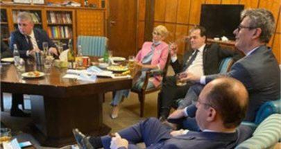 رئيس وزراء رومانيا ينتهك تدابير مكافحة كورونا... ماذا فعل داخل مكتبه؟ image