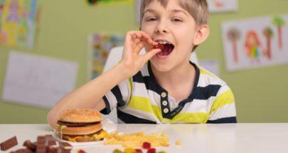 سلوكيات تنشئ طفلاً مصاباً باضطراب الأكل العاطفي image