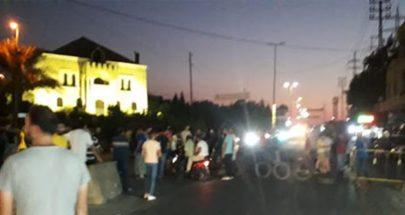 عدد من المحتجين يقطعون طريق دير عمار لهذا السبب image