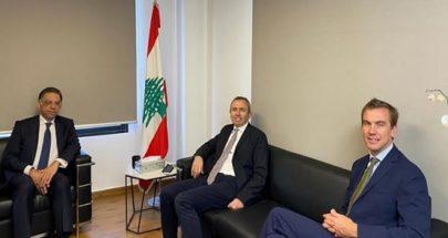 قطّار عرض مع السفير البريطاني شؤوناً بيئية واقتصادية image