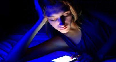 كيف يؤثر الضوء الأزرق المنبعث من الشاشات على الصحة العقلية؟ image
