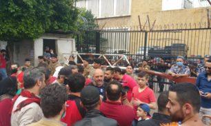محتجون اعتصموا أمام مدخل سرايا طرابلس image