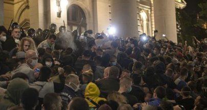 متظاهرون يقتحمون البرلمان الصربي احتجاجا على إغلاق العاصمة image