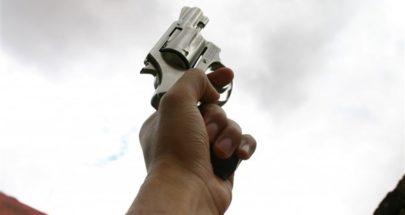 """""""انتما لا تحترمان التباعد الاجتماعي""""... طوني يشهر مسدسه ويطلق النار! image"""