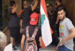 بالفيديو توتر أمام منزل مشرفيه: هتافات داعية لاستقالته وإعتداء على المحتجين image