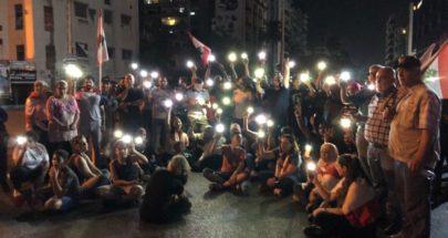 المحتجون في ايليا أضاؤوا هواتفهم حدادا على المنتحرين بسبب الاوضاع image