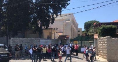 اعتصام امام مدرسة الفنون الانجيلية في صيدا image