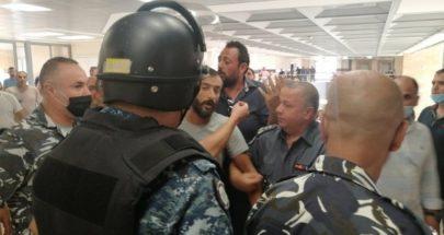 مواطن حاول الرمي بنفسه من داخل قصر العدل في طرابلس image