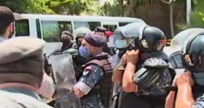 """بالفيديو: محاولة اقتحام وزارة """"الطاقة بلا طاقة"""" image"""
