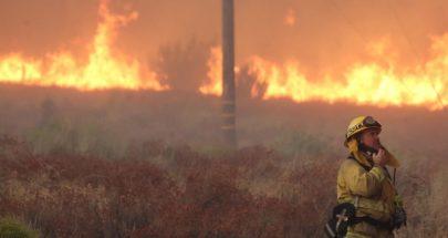 أفراد الإطفاء في كاليفورنيا يسابقون الزمن لإخماد الحرائق image