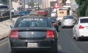 """بالفيديو أحد عناصر قوى الامن يخالف قانون السير... """"فاتح video call"""" image"""