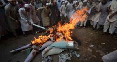 المئات يضربون رجلاً اتهم بتدنيس القرآن حتى الموت ويحرقون جثته image