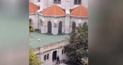 لحظة اطلاق النار أثناء اقتحام الشرطة الفرنسية كنيسة في نيس image