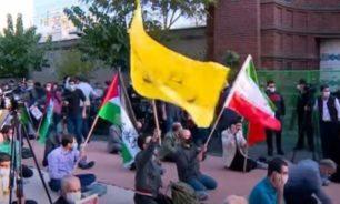 محتجون يحرقون علم فرنسا وصور ماكرون في طهران image