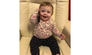 فيديو مضحك... طفلة تقلّد أهلها عندما رنّ الهاتف فجأة! image