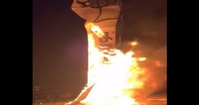 حرق مجسم قبضة الثورة في وسط بيروت image