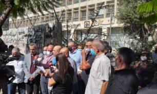 اولياء الطلاب في الخارج من امام مصرف لبنان... لتطبيق قانون الدولار الطلابي image
