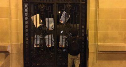 بالصور: ملصقات قرب منزل الحريري في باريس... ماذا كُتب عليها؟ image