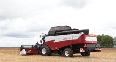 أول حصادة روسية للذرة من دون سائق تعمل في حقل زراعي image