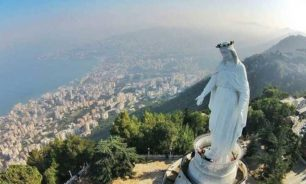 شخص من غير الديانة المسيحية يصلي على مذبح كنيسة سيدة حريصا؟ image