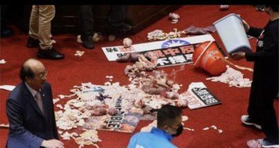 بالفيديو.. تبادل لكمات وإلقاء أحشاء خنازير في برلمان تايوان image