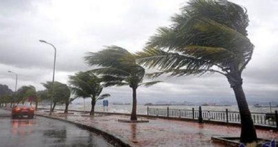 بسبب الأمطار والعواصف... اقتلاع عمود كهرباء وتضرر سيارة image