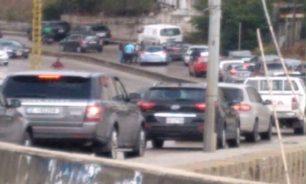 ما حقيقة قتل شخص بسلاح كاتم للصوت داخل سيارته في جسر الباشا؟ image