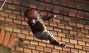 بالفيديو.. رضيع يسقط من الطابق الثالث عشر في الصين image