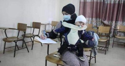 بالصور أجرت الامتحان وطفلها بين أحضانها... ونالت علامة إمتياز! image