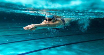 ممثلة تمارس السباحة في الشتاء image