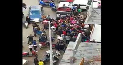 """بالفيديو """"occasion"""" على الخضار... """"الناس متل النمل"""" أمام سوبرماكت في طرابلس image"""