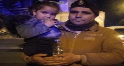 بالصور خلال احتجاجات طرابلس... أب يرمي بابنته بأحضان الجيش لاطعامها! image