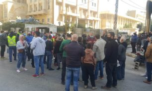 محتجون اعتصموا عند مدخل سرايا طرابلس وطالبوا برحيل نهرا image