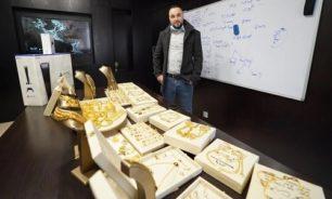 بالصور والفيديو... رجل أعمال يوزع ذهبا وهواتف آيفون على موظفيه! image