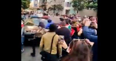 بالفيديو... محتجون يهاجمون سيارة تابعة لقوى الامن في وسط بيروت image