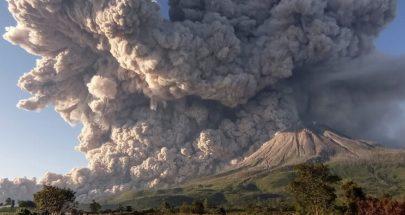 بركان في إندونيسيا ينفث سحابة من الرماد لإرتفاع 5 كيلومترات image