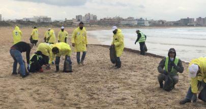 بلدية العباسية أطلقت حملة لتنظيف شاطىء محميتها من التلوث النفطي image