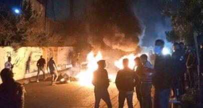 المحتجون أقفلوا دوار كفررمان بالعوائق الحديدية احتجاجا على تردي الاوضاع المعيشية image