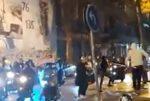 شبان على متن دراجات نارية يجوبون شوارع الحمرا ويقومون بتكسير واجهات المصارف image